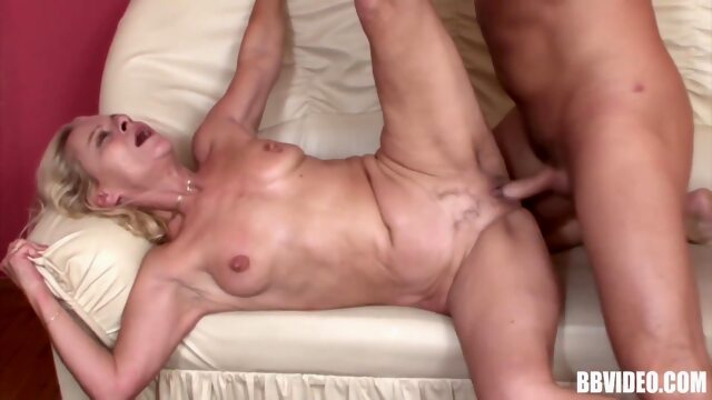 SQUIRTING MATURE SLUT IN A WILD SESSION WITH MUSCLE TOY BOY Xnxx blonde