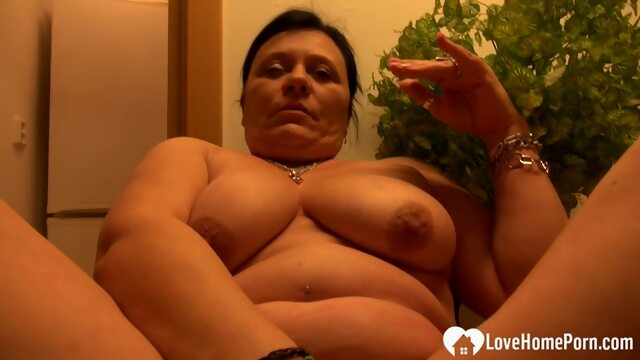 Cute mature woman got naked and masturbated passionately Xnxx amateur